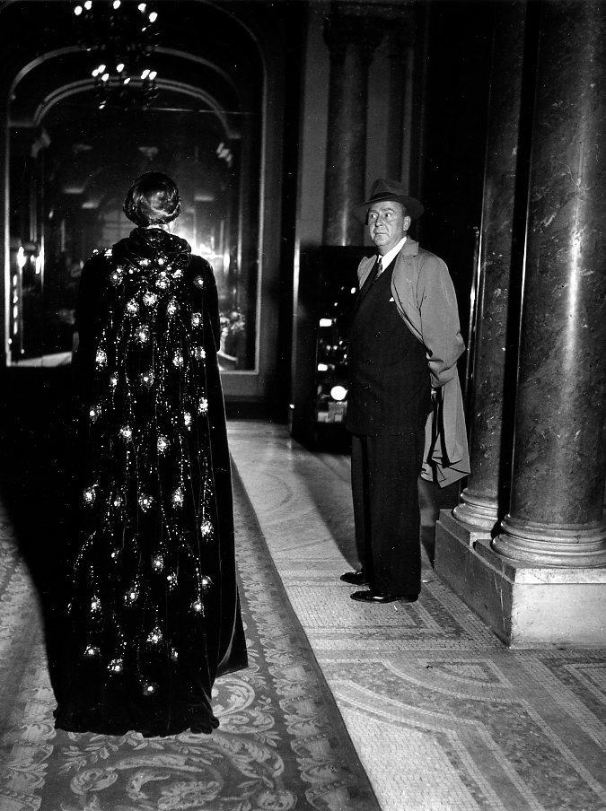 Una-donna-che-passa-Parigi-1948